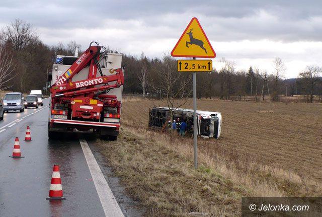 JELENIA GÓRA: Ciężarówkę wyciągnięto z rowu