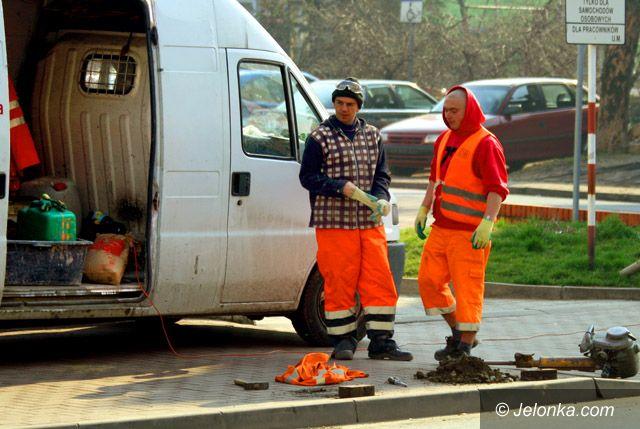 JELENIA GÓRA: Chodnikowe zapory przed urzędem