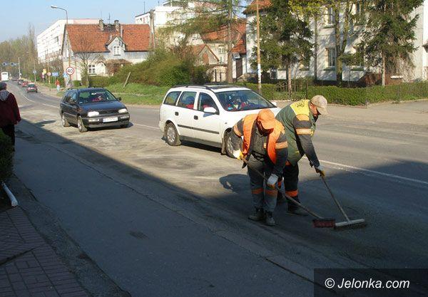 JELENIA GÓRA: Plama oleju na ruchliwym skrzyżowaniu
