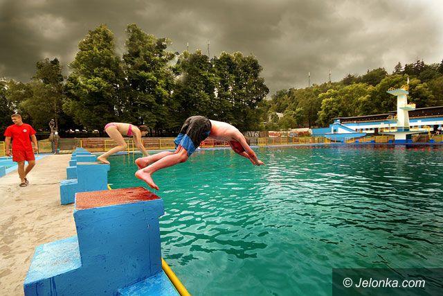 JELENIA GÓRA: Czarne chmury nad basenem w pierwszy dzień lata