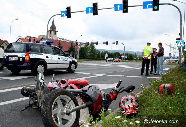 JELENIA GÓRA: Kierowca wjechał w jednoślad: potrącony skuterzysta w szpitalu
