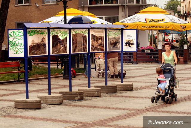 JELENIA GÓRA: Plac Piastowski po przejściach wandali