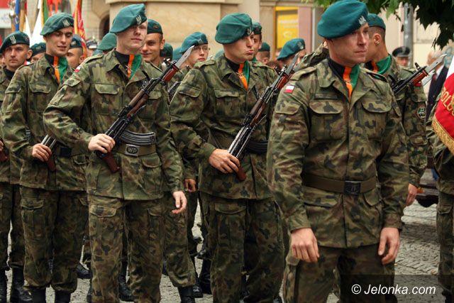 JELENIA GÓRA: Honory wojskowym pod parasolami