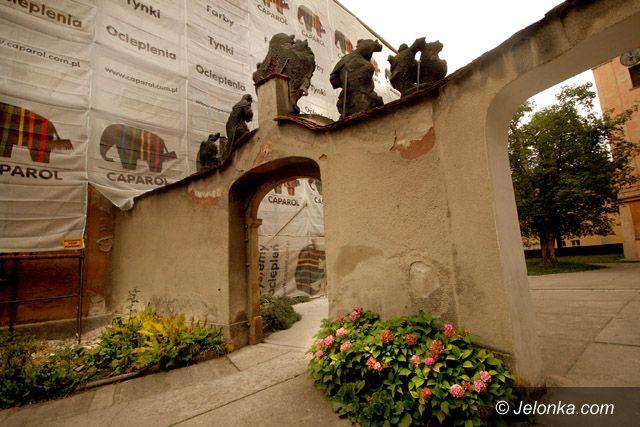 JELENIA GÓRA: Pod ołtarz przez klasztor