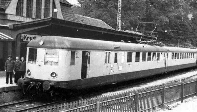 Czy złote czasy dla kolejnictwa karkonoskiego to rzeczywiście tylko przeszłość, do której nie ma powrotu? Na zdjęciu elektryczny pociąg na dworcu w Karpaczu w latach 30. XX wieku.