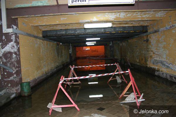 Jelenia Góra: Woda zalała dojście do peronów