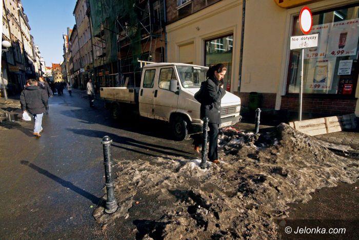 JELENIA GÓRA: Śnieg masowo topnieje, powódź nie grozi