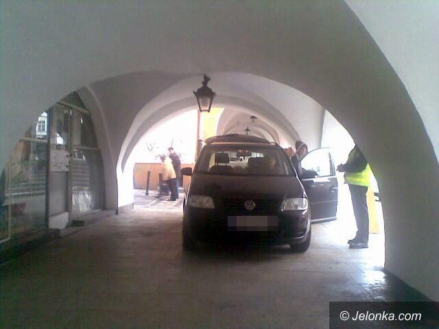 JELENIA GÓRA: Robią parking pod arkadami