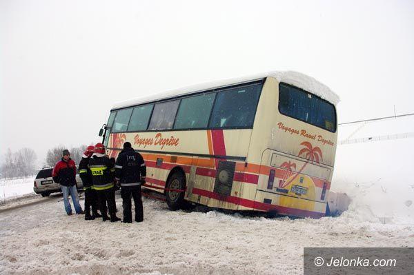 REGION: Przez łyse opony autobusem do rowu