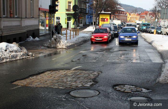 JELENIA GÓRA: Piętno zimy na ulicach: uważajcie na resory!
