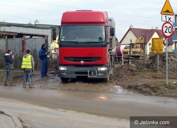 JELENIA GÓRA: Rzeka błota z winy ciężarówek