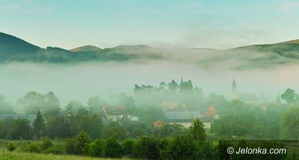 JELENIA GÓRA: Sosnówka wśród mgieł promocyjnym zdjęciem