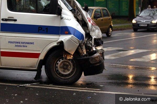 JELENIA GÓRA: Ambulans w opałach na ruchliwym skrzyżowaniu