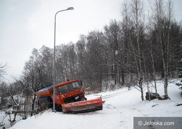 JELENIA GÓRA: Na ulicach – lodowisko! Pług w rowie