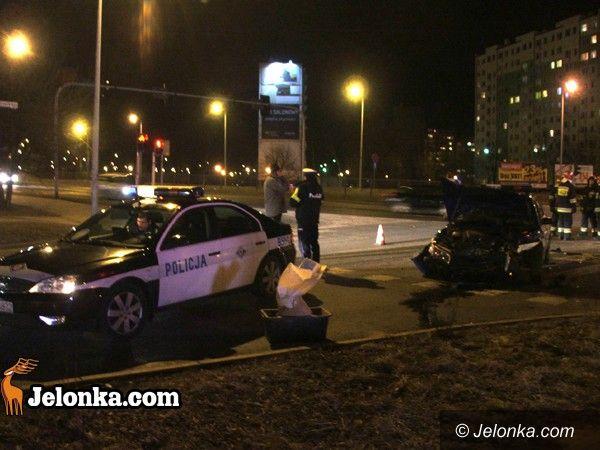 JELENIA GÓRA: Radiowóz zderzył się z osobówką przy Shellu