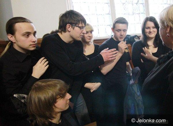 """JELENIA GÓRA: Wystawili """"Kartotekę"""" w szkolnej auli. W Roku Różewicza"""