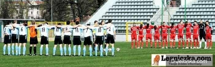IV-liga piłkarska: Pierwsza porażka piłkarzy Karkonoszy na wiosnę – fotorelacja z meczu w Legnicy