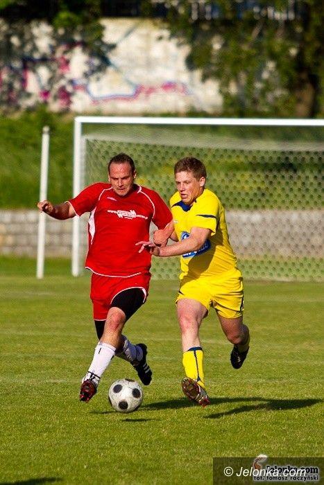 klasa A: Kuriozalny gol, czerwona kartka i niesportowe emocje w derbowym pojedynku – fotorelacja z meczu