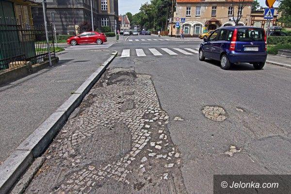 JELENIA GÓRA: Pochwała kostki brukowej? Trwalsze pod asfaltem