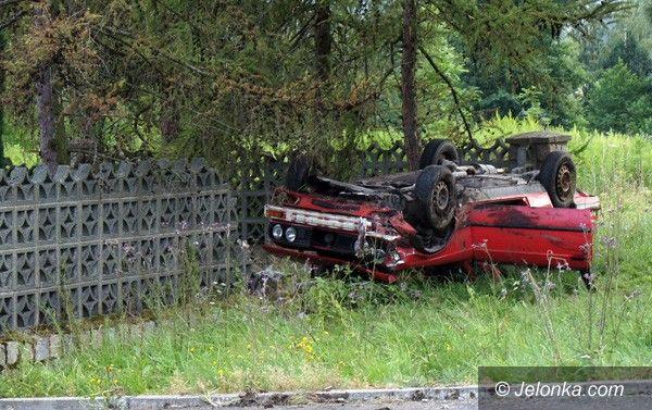 """REGION JELENIOGÓRSKI: Samochód """"wbił się"""" w mur"""