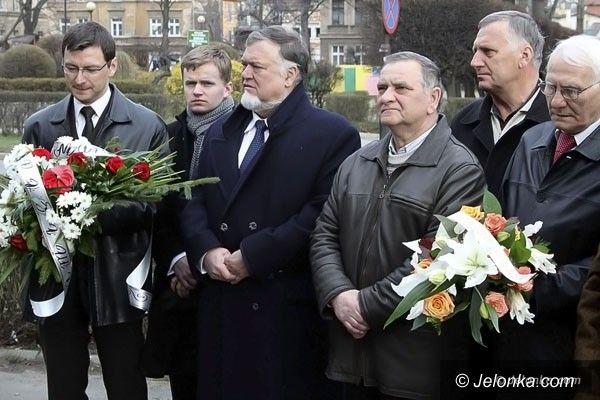 JELENIA  GÓRA: Dwa lata po Katastrofie Smoleńskiej złożyli kwiaty pod tablicą upamiętniającą Jerzego Szmajdzińskiego