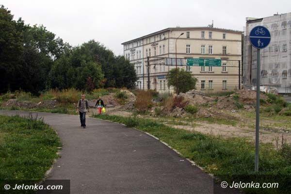 Jelenia Góra: Kiedy znikną hałdy ziemi przy Młynówce?