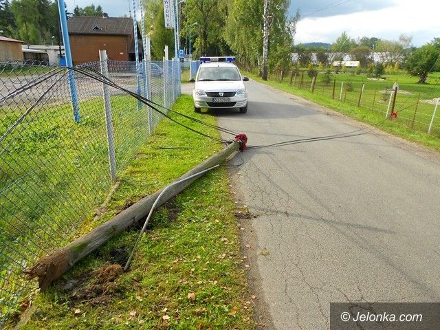 Jelenia Góra: Słupy telekomunikacyjne spadły na ulicę