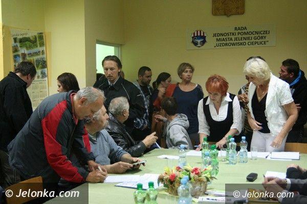 """Jelenia Góra: Ciepliczanie walczą o """"ludzki"""" regulamin Parku Zdrojowego. Protestują i zbierają podpisy"""