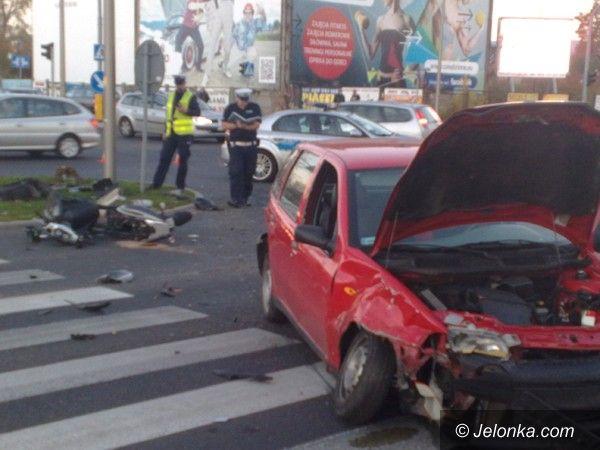 Jelenia Góra: Zderzyły się dwa samochody i motorowerzysta na skrzyżowaniu Alei Jana Pawła II i ul. Grunwaldzkiej