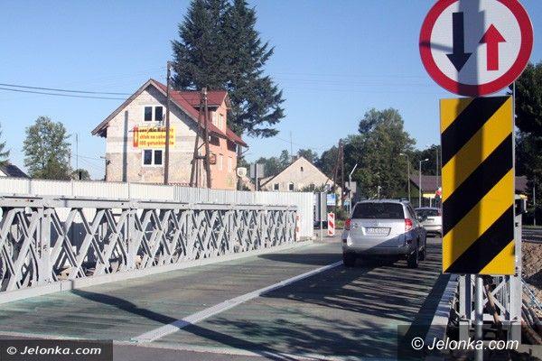 Jelenia Góra: Czytelnik: Pęka most w Maciejowej. MZDiM: To tylko kruszy się asfalt