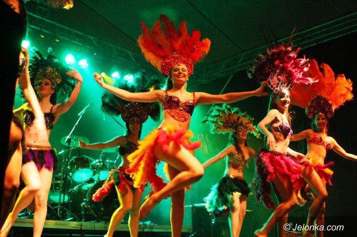 Jelenia Góra: Jeleniogórzanie w karnawałowo–rockowym nastroju powitali nowy rok na Placu Ratuszowym