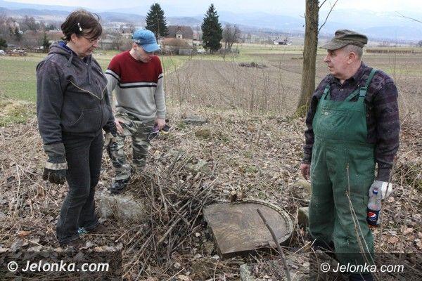 Jelenia Góra: Mieszkańcy Goduszyna ratują cmentarz ewangelicki od zapomnienia