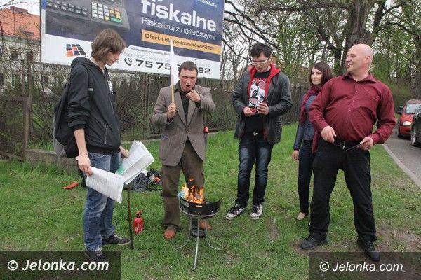 Jelenia Góra: Grillowanie... PIT–ów na znak protestu przy Urzędzie Skarbowym w Jeleniej Górze