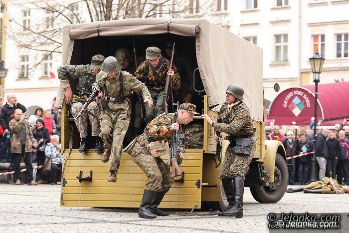 Jelenia Góra: Bitwa o Ratusz z wojskową grochówką na finał