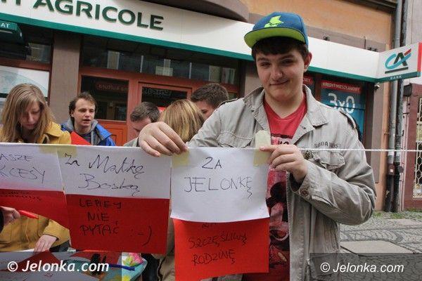 Jelenia Góra: Happening na deptaku. Za co jeleniogórzanie kochają Polskę?