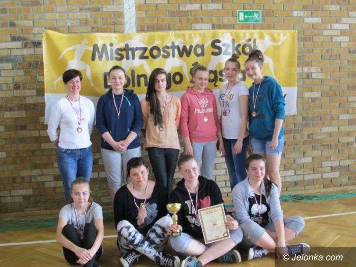 Lubin: Szczypiornistki Gimnazjum nr 4 trzecim zespołem na Dolnym Śląsku
