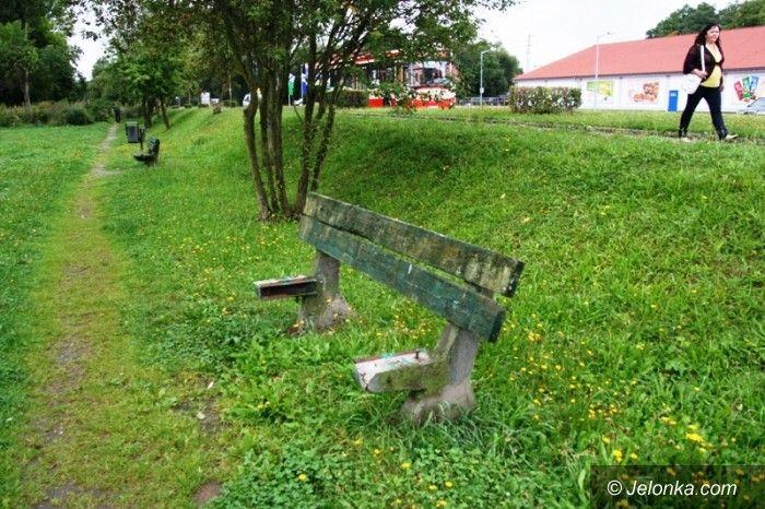 Jelenia Góra: Kiedy wymienią połamane ławki?