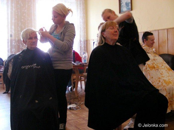 Jelenia Góra: Uczennice fryzjerskiego fachu czesały seniorów