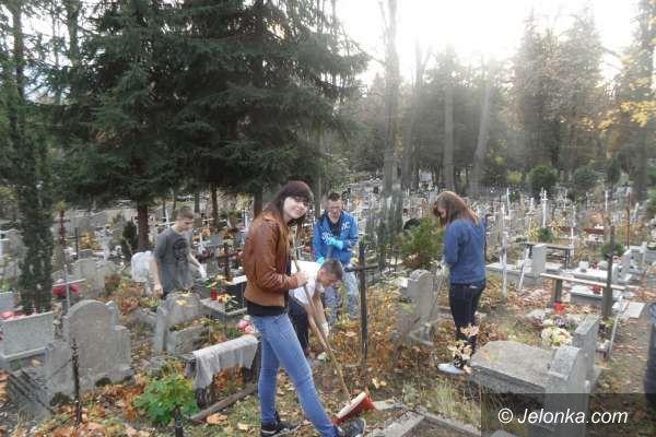 Jelenia Góra: Młodzież z Bursy pamięta o opuszczonych grobach