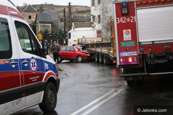 Dziwiszów: Mazda wbiła się w ciężarówkę w Dziwiszowie