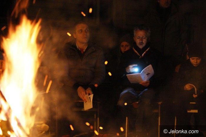 Jelenia Góra: Patriotycznie przy ognisku na dziedzińcu bazyliki