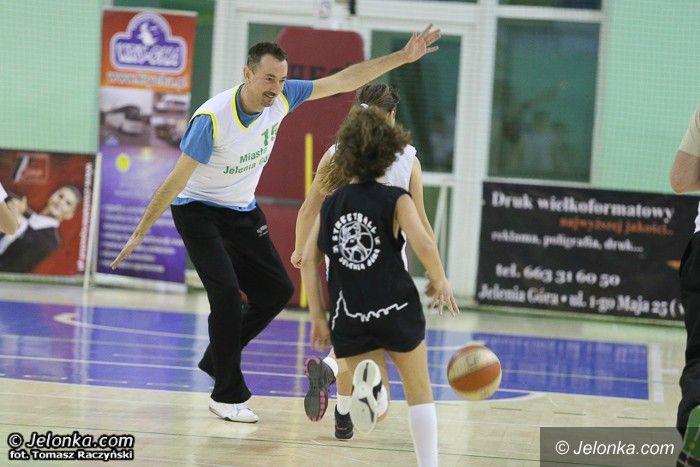 Jelenia Góra: Zabawa z basketem z MKS–em MOS Karkonosze