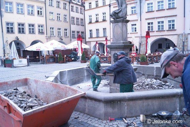 Jelenia Góra: Ruszył (wreszcie) remont fontanny przy Ratuszu