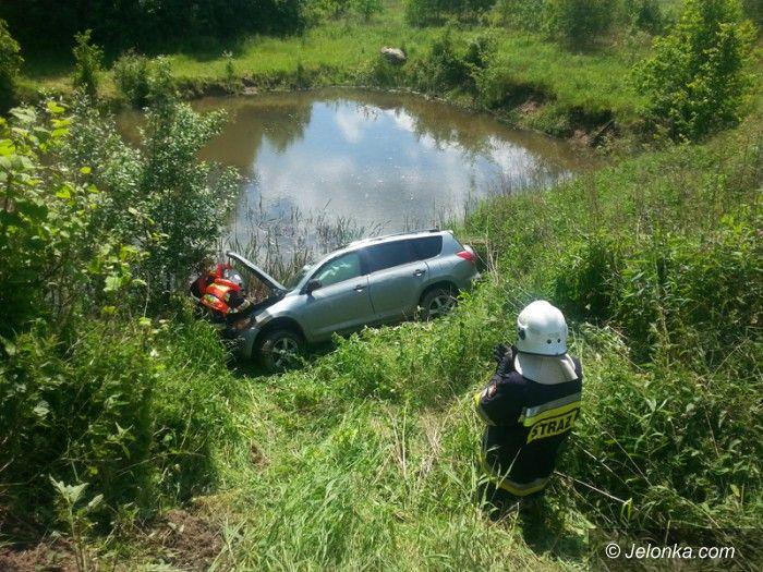 Jelenia Góra: Samochód wpadł do stawu, bo zawiodły hamulce