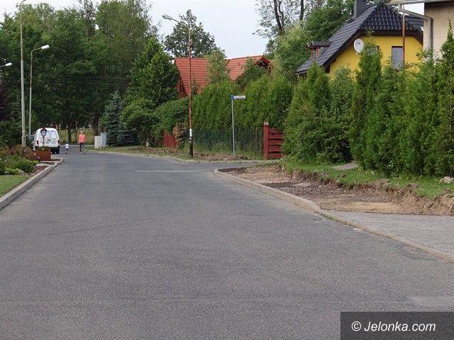 Sobieszów: Ruszyła budowa chodnika przy Świerkowej. A co z Ogrodową?