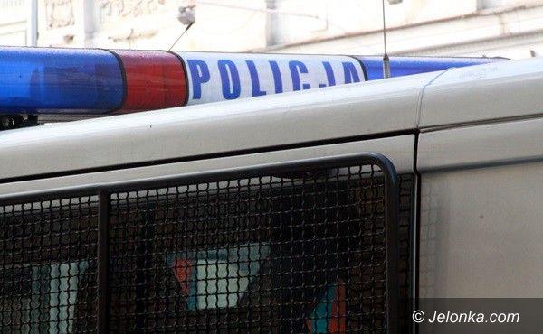 Jelenia Góra: Pijany mężczyzna upadł na jezdni i złamał nos