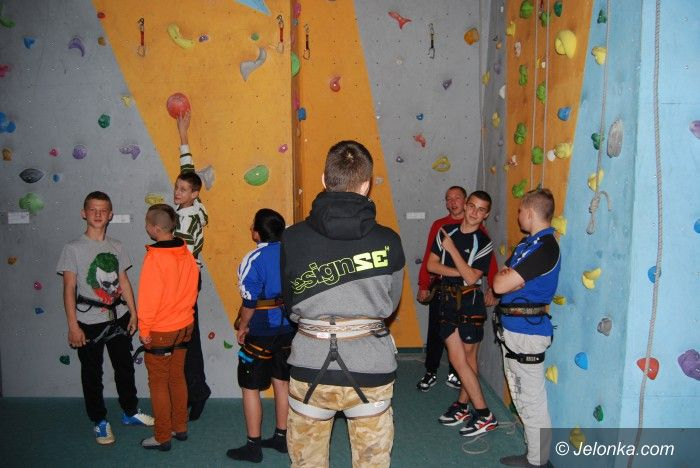 Region: Młodzi na ściance wspinaczkowej
