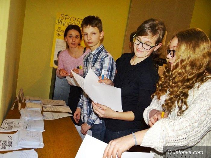 Jelenia Góra: Licealiści piszą listy w obronie praw człowieka