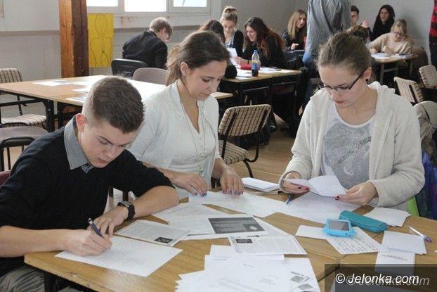 Jelenia Góra: Licealiści z senatorem w obronie więźniów sumienia