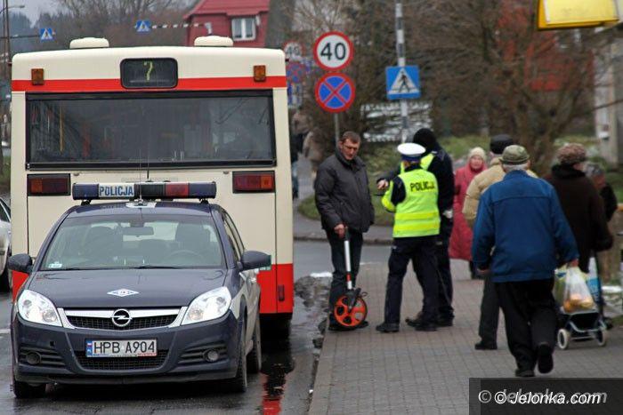 Jelenia Góra: Starsza kobieta wypchnięta przez drzwi autobusu?